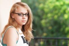 Adolescente caucásico rubio hermoso en vidrios Imagenes de archivo