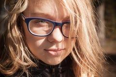 Adolescente caucásico rubio hermoso en vidrios Foto de archivo