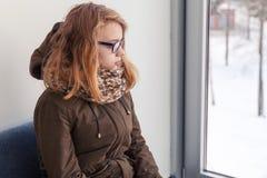 Adolescente caucásico rubio hermoso en vidrios Fotografía de archivo libre de regalías