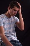 Adolescente caucásico trastornado con la mano en la cabeza Foto de archivo libre de regalías