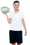 Adolescente caucasiano isolado encantador com um futebol Fotografia de Stock