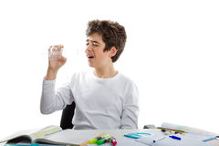 Adolescente caucasico dell'acne che tiene una chiara bottiglia di plastica vuota Immagine Stock