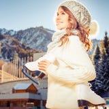 Adolescente caucasico felice che va al pattinaggio su ghiaccio all'aperto Fotografie Stock Libere da Diritti