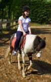 Adolescente a cavallo che indossa casco fotografie stock