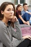 Adolescente celoso de pares jovenes en casa Imagen de archivo