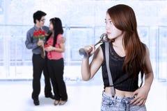 Adolescente celoso a los pares jovenes Foto de archivo libre de regalías