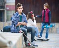 Adolescente celoso y sus amigos después del conflicto Fotos de archivo libres de regalías
