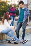 Adolescente celoso y sus amigos después del conflicto Imagen de archivo
