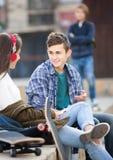 Adolescente celoso y sus amigos después del conflicto Imagenes de archivo