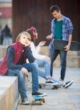 Adolescente celoso y sus amigos después del conflicto Foto de archivo