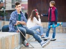 Adolescente celoso y sus amigos después del conflicto Fotos de archivo
