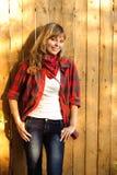 Adolescente cerca de la pared de madera Foto de archivo