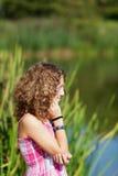 Adolescente cerca de un lago Imagenes de archivo