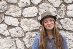 Adolescente cerca de una pared de piedra al aire libre Feliz Imagen de archivo