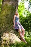 Adolescente cerca del árbol Fotografía de archivo libre de regalías