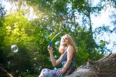 Adolescente cerca del árbol Fotos de archivo libres de regalías