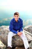 Adolescente cerca del agua Imágenes de archivo libres de regalías