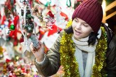Adolescente cerca del contador con la decoración de la Navidad Imagenes de archivo