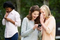 Adolescente che è oppresso dal messaggio di testo sul telefono cellulare immagine stock libera da diritti