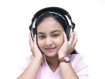 adolescente che ascolta la musica fotografie stock libere da diritti