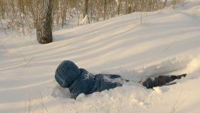 Adolescente che cammina nel percorso nevoso video d archivio