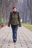Adolescente che cammina in una sosta Immagine Stock