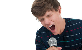 Adolescente che canta in un microfono Fotografia Stock Libera da Diritti