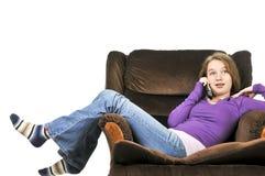 Adolescente che comunica su un telefono fotografia stock