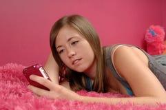 Adolescente che comunica sul cellulare Fotografia Stock