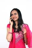 Adolescente che comunica sul telefono Fotografia Stock Libera da Diritti