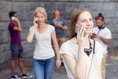 Adolescente che comunica sul telefono Fotografie Stock Libere da Diritti