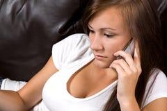 Adolescente che comunica sul telefono delle cellule Immagine Stock Libera da Diritti