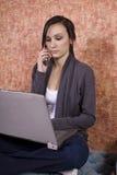 Adolescente che comunica sul telefono delle cellule Fotografie Stock Libere da Diritti