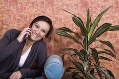 Adolescente che comunica sul telefono delle cellule Fotografia Stock Libera da Diritti