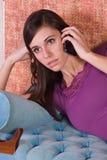 Adolescente che comunica sul telefono delle cellule Immagine Stock