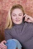 Adolescente che comunica sul telefono delle cellule Fotografie Stock