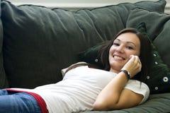Adolescente che comunica sul telefono delle cellule Immagini Stock Libere da Diritti
