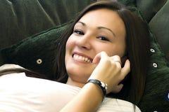 Adolescente che comunica sul telefono delle cellule Fotografia Stock