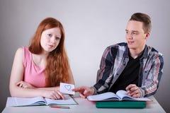 Adolescente che dà a lettera di amore il suo amico femminile Immagini Stock