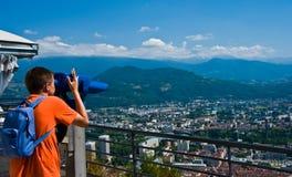 Adolescente che esamina Grenoble dalle Bastille immagine stock libera da diritti