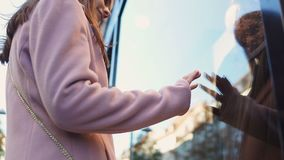 Adolescente che esamina il vestito da promenade nella finestra del negozio, sognante del partito della palla archivi video