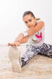 Adolescente che fa allungando gli esercizi Fotografia Stock