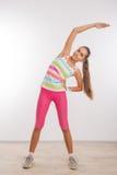 Adolescente che fa allungando gli esercizi Fotografie Stock