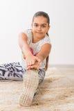 Adolescente che fa allungando gli esercizi Fotografie Stock Libere da Diritti