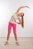 Adolescente che fa allungando gli esercizi Immagine Stock