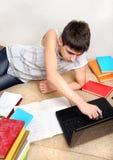 Adolescente che fa compito Fotografie Stock