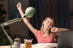 Adolescente che fa compito alla tavola Fotografia Stock Libera da Diritti