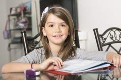 Adolescente che fa compito per la scuola Immagini Stock Libere da Diritti