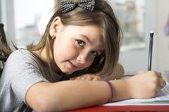 Adolescente che fa compito per la scuola Fotografie Stock Libere da Diritti