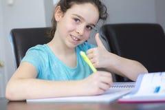 Adolescente che fa compito per la scuola Immagine Stock